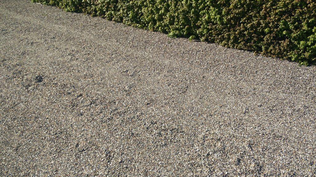 Ukrudtet skal fjernes både under hækken og på vejen. Det tjekkes ved havevandring