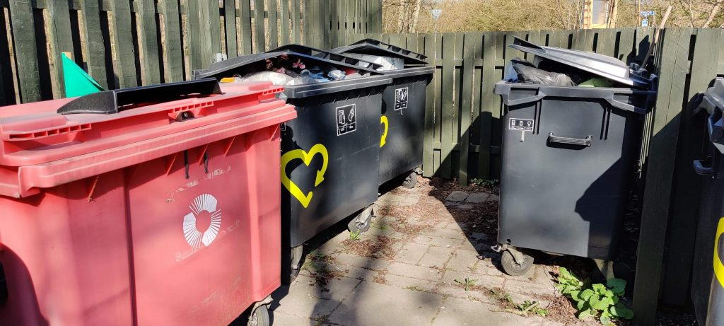 Containerne til håndtering af affald er allerede godt fyldt op